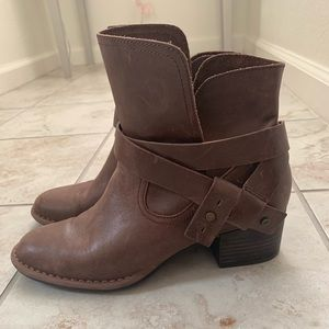 Brown ankle, leather boots.